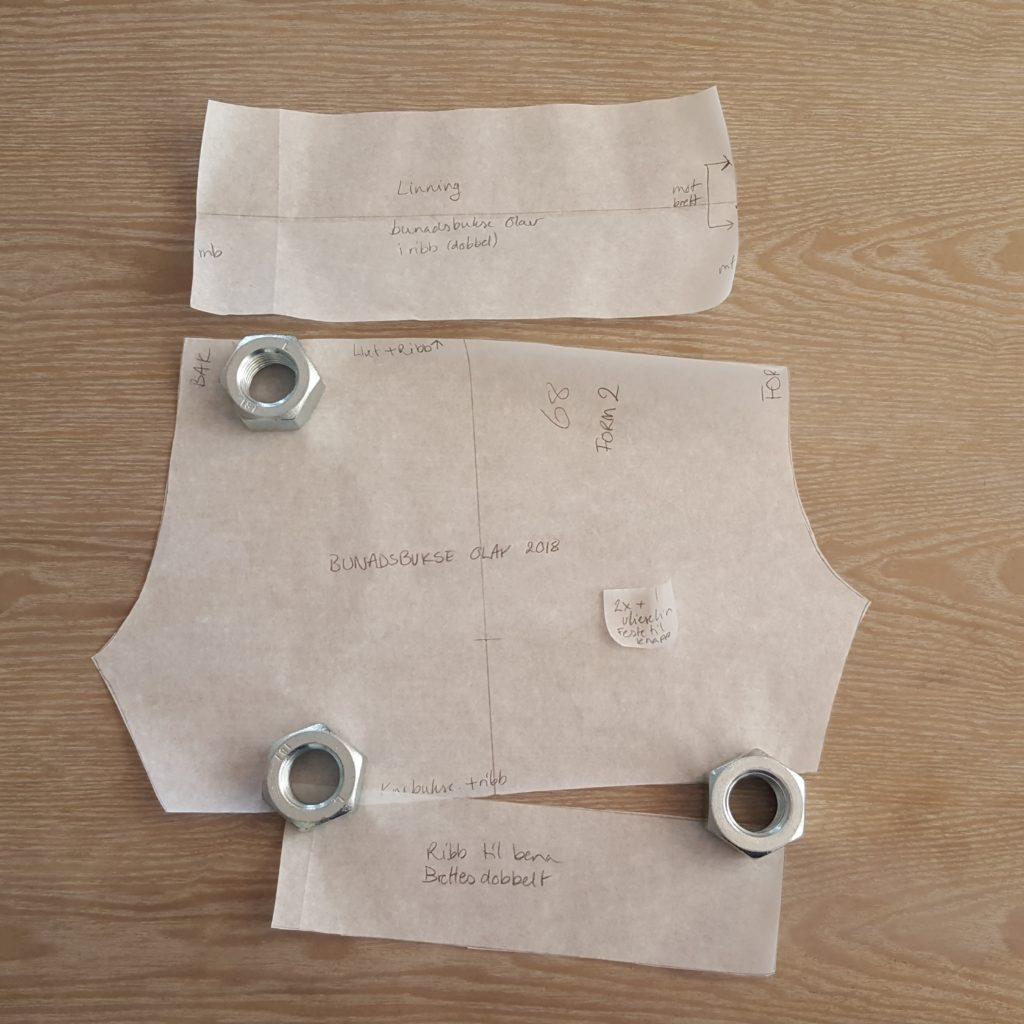 Sy barnebunad del 2: Bukse med knapper og sokkebånd – Fiber